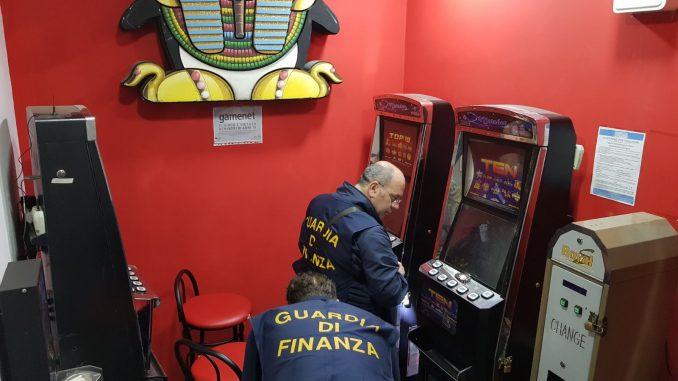 Camorra, imponevano le slot machine: undici arresti nel Casertano