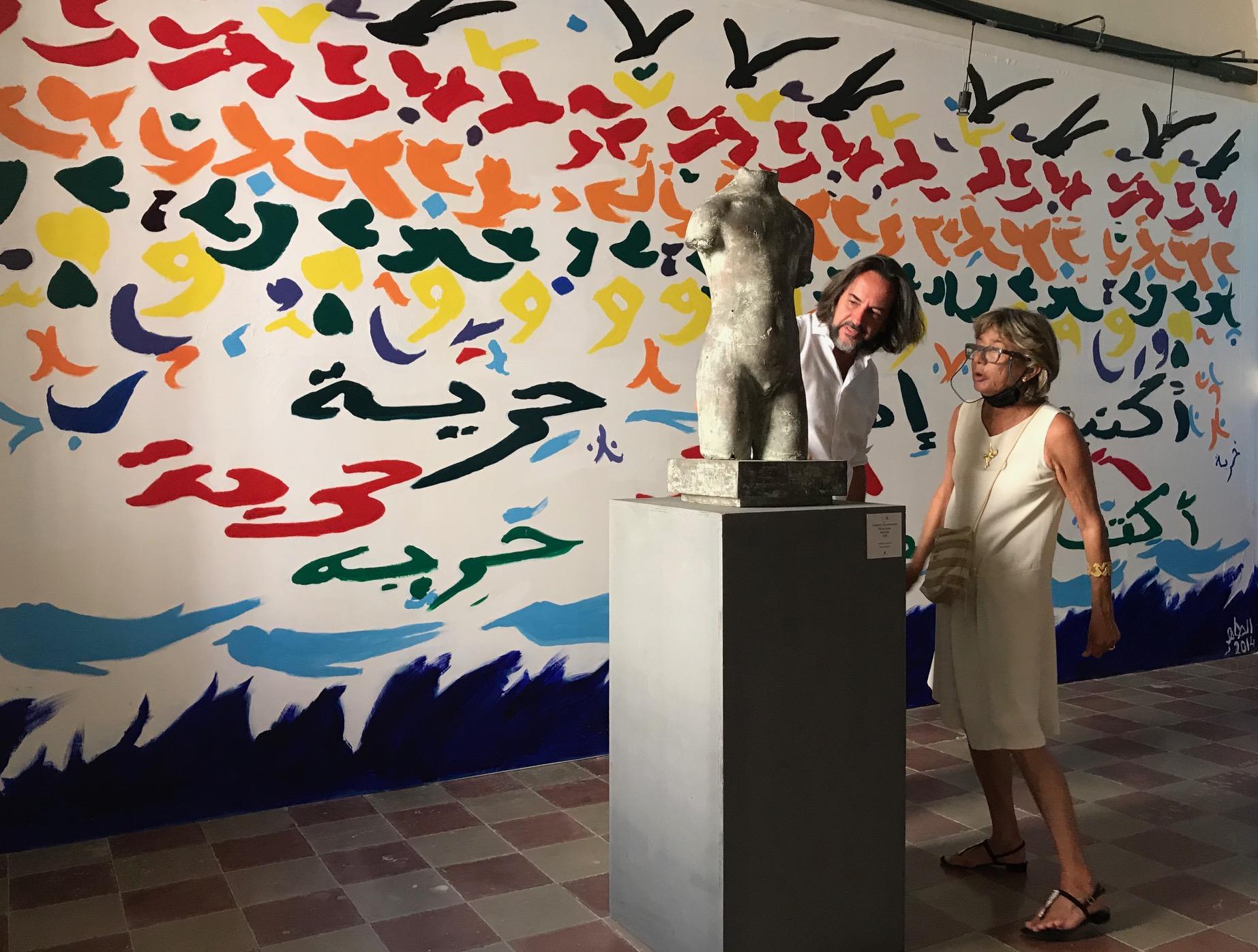 Mastroianni a Lipari opera sullo sfondo dell'installazione di Tahar Ben Jelloun 2014 (foto Melamedia)